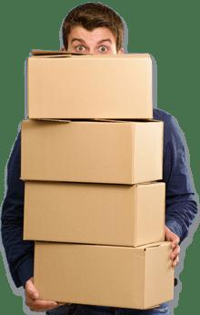 Hombre sujetando cajas